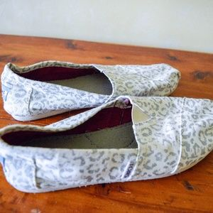 White and Silver Cheetah Print Toms